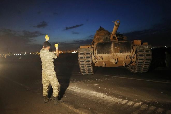 Binh sĩ Thổ Nhĩ Kỳ hướng dẫn xe tăng vào vị trí gần biên giới với Syria