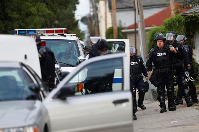 Hàng chục xe cảnh sát đã được điều đến hiện trường vụ việc