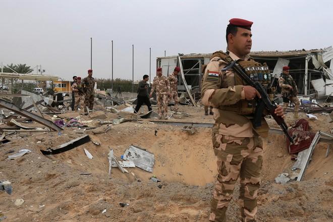 Các binh sĩ Iraq phong tỏa hiện trường khu vực bị Mỹ không kích