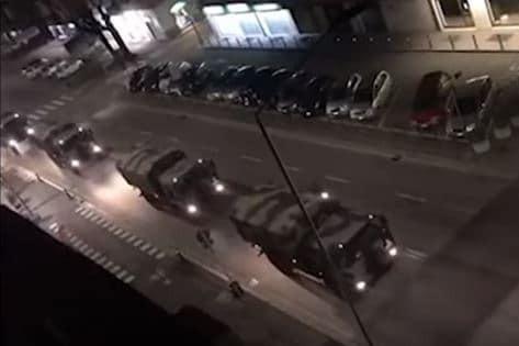 Cảnh xe quân sự xếp hàng dài vận chuyển thi thể bệnh nhân Covid-19 ở Italy