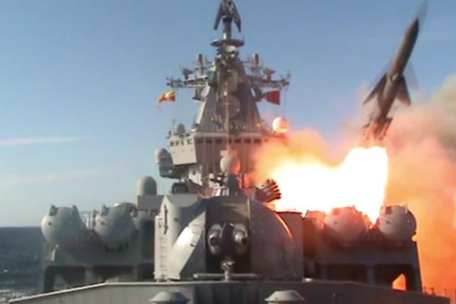 Tàu hộ vệ tên lửa Nga khai hỏa diệt mục tiêu ngoài khơi Syria