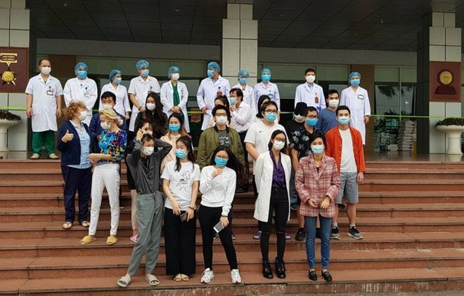 Niềm vui của các bệnh nhân khi được các bác sĩ chữa khỏi bệnh và ra viện ngày 30-3