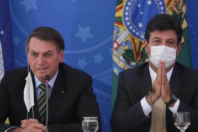 Tổng thống Brazil Jair Bolsonaro và Bộ trưởng Y tế Luiz Mandetta