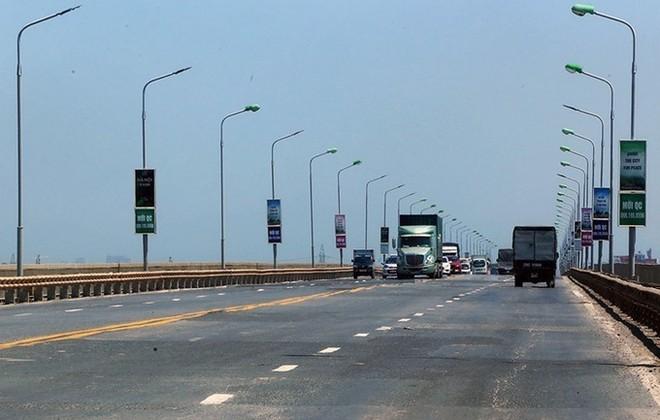 """Mặt cầu Thăng Long xuống cấp và được """"vá"""" tạm để phương tiện lưu thông. Ảnh: VNE"""