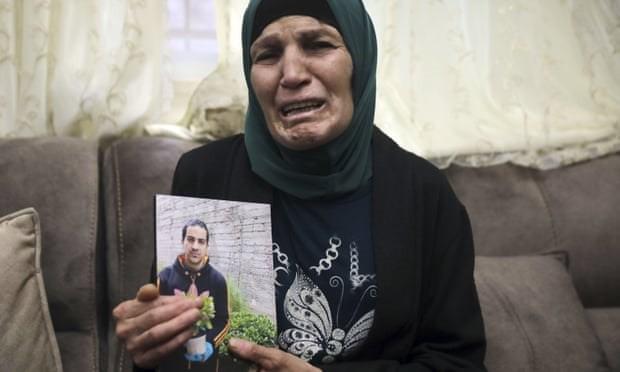 Bà Rana, mẹ của Iyad Halak, và bức ảnh của con trai bị mắc chứng tự kỷ