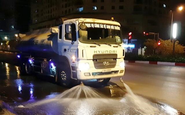 Hà Nội cho phép tưới nước rửa đường sau 3 năm tạm dừng. Ảnh: Dân Trí