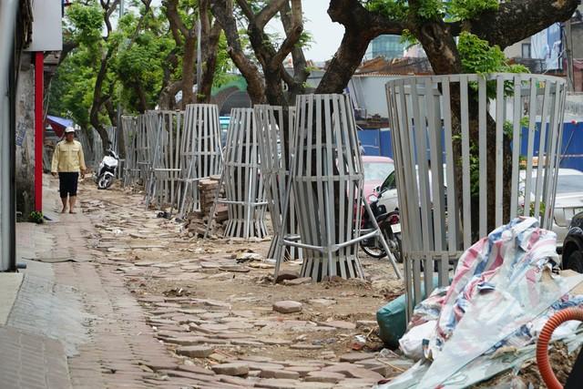 Hàng cây sưa đỏ được dịch chuyển vào bên trong và bọc sắt để lấy mặt bằng xây dựng cầu vượt Nguyễn Văn Huyên. Ảnh: Dân Trí