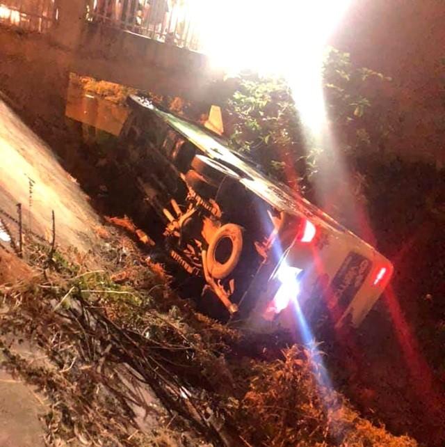 Chiếc xe khách chở học sinh mất lái rồi lật nghiêng ven đường. Ảnh: Dân Trí