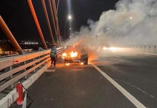 Chiếc xe đang lưu thông bất ngờ bốc cháy. Ảnh: Otofun Quảng Ninh