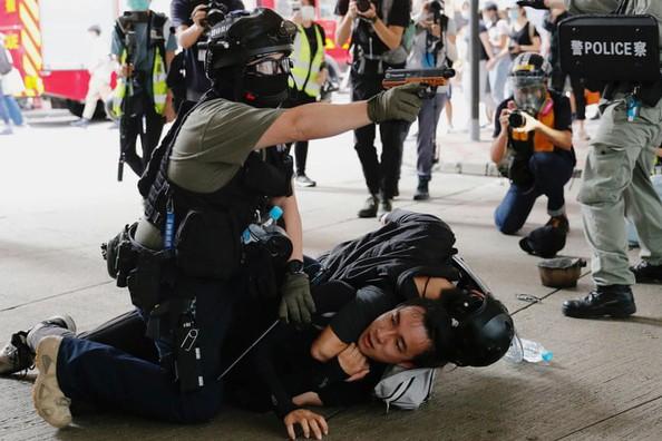 Cảnh sát ghì người biểu tình xuống đất tại Hồng Kông