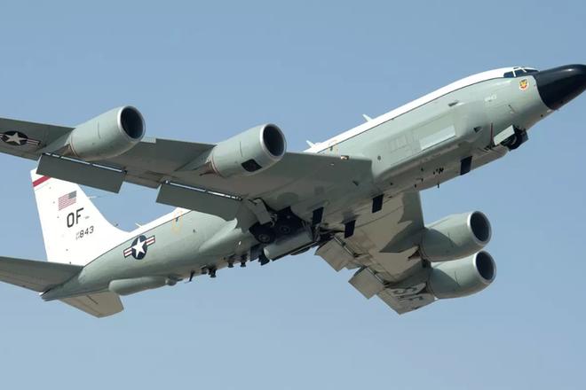 Máy bay trinh sát RC-135W Rivet Joint