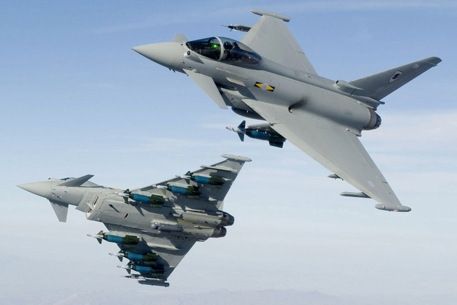 Chiến đấu cơ Anh bám sát máy bay ném bom tầm xa Nga