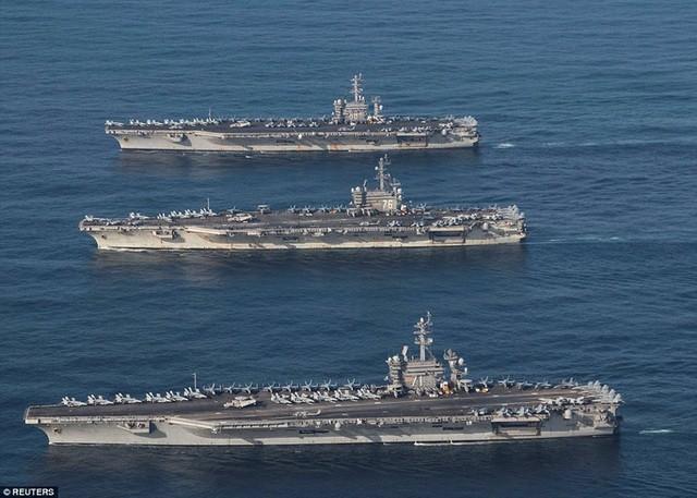 Ba tàu sân bay USS Ronald Reagan, USS Theodore Roosevelt và USS Nimitz của Mỹ trong một cuộc diễn tập tại Thái Bình Dương