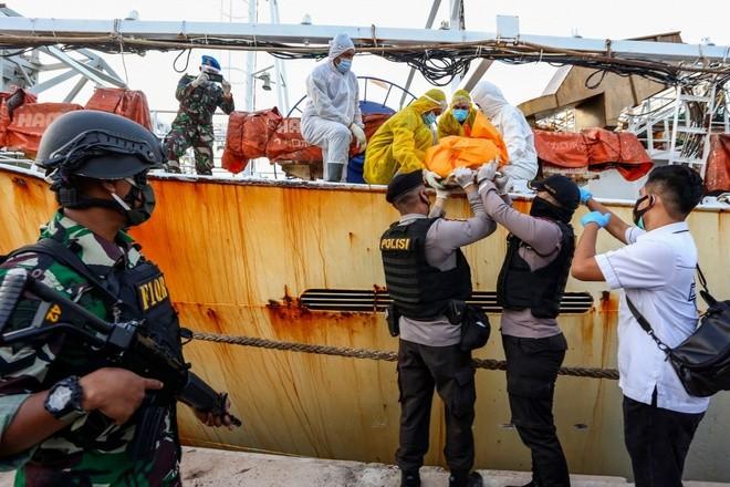Cảnh sát đưa thi thể của 1 thuyền viên Indonesia từ tàu cá Trung Quốc lên bờ