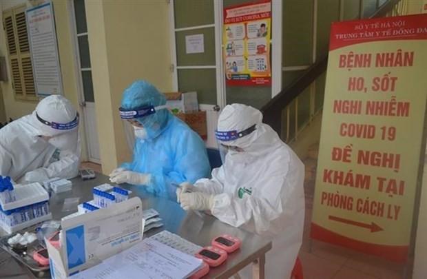 Lực lượng chức năng tiến hành xét nghiệm nhanh virus SARS-CoV-2. Ảnh: TTXVN