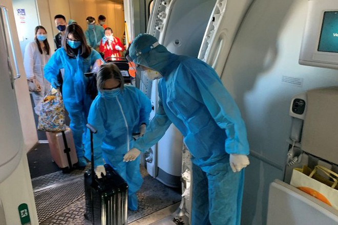Hành khách lên máy bay từ Mỹ về Việt Nam