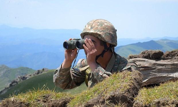 Một binh sỹ Armenia theo dõi hoạt động bên phía Azerbaijan