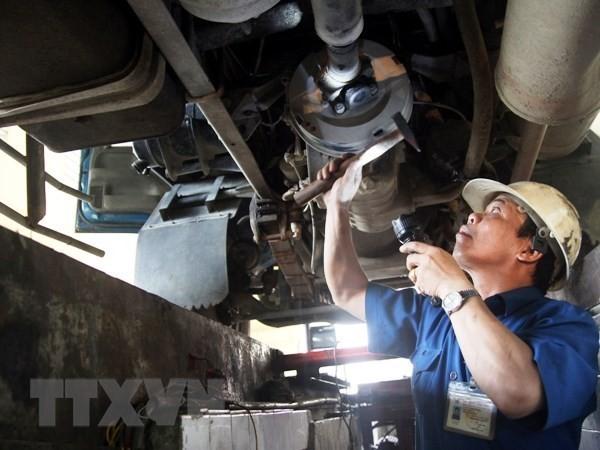 Đăng kiểm viên đang thực hiện quy trình kiểm định xe cơ giới. Ảnh: TTXVN