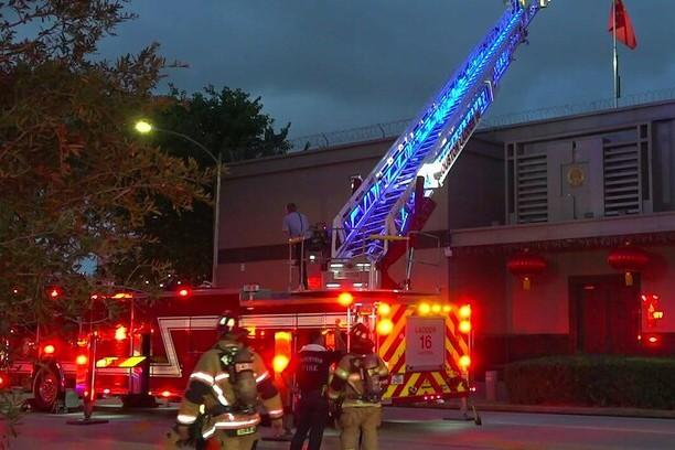 Xe cứu hỏa được điều động tới Tổng lãnh sự quán Trung Quốc tại Houston, bang Texas, Mỹ
