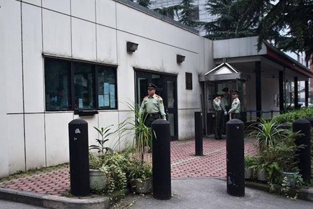 Bên ngoài Tổng lãnh sự quán Mỹ tại Thành Đô