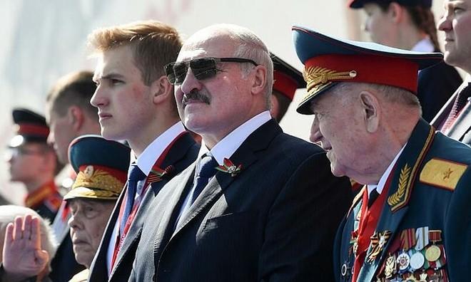 Tổng thống Belarus Alexander Lukashenko (đeo kính đen) dự lễ duyệt binh mừng Ngày Chiến thắng ở Matxcơva, Nga, ngày 24-6-2020