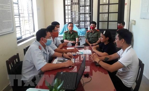 """Cơ quan chức năng làm việc với chủ tài khoản mạng xã hội Facebook """"Vương Huyền Túi"""". Ảnh TTXVN"""