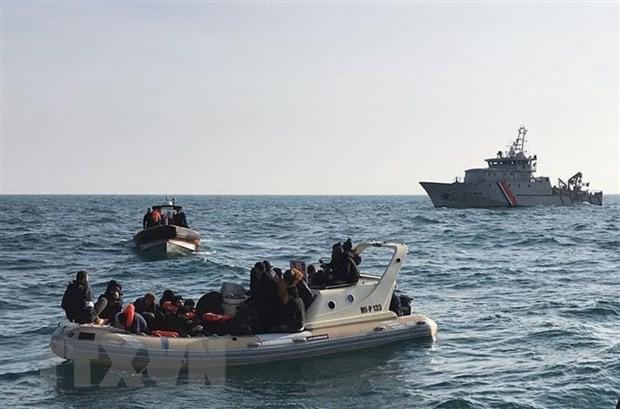 Lực lượng cứu hộ Anh (phía trước) chặn tàu chở người di cư từ Pháp băng qua Eo biển Manche