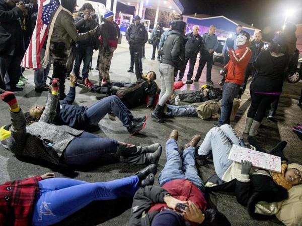 Biểu tình bùng phát sau vụ cảnh sát Mỹ lại bắn chết người da đen ảnh 1