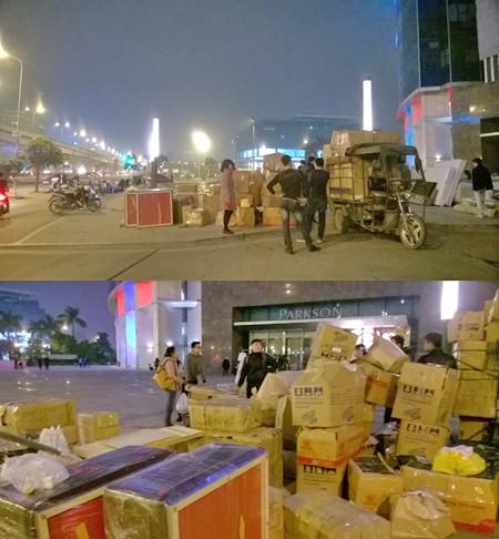 Nhiều cửa hàng vẫn phải cố gắng di chuyển đồ đạc trong tối 3-1, khi TTTM Parkson Keangnam đột ngột thông báo đóng cửa, yêu cầu các chủ cửa hàng phải chuyển hết đồ ra ngoài ngay. Ảnh: PHÚ KHÁNH