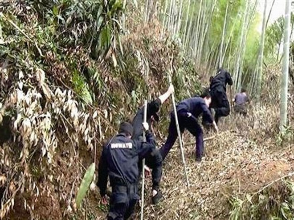 Lực lượng cứu hộ lên núi tìm kiếm ông Lý