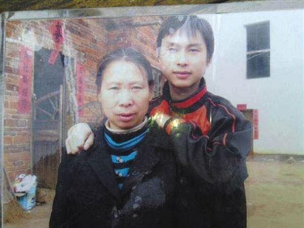 Nạn nhân La Vận Anh khi còn sống, chụp ảnh cùng con trai