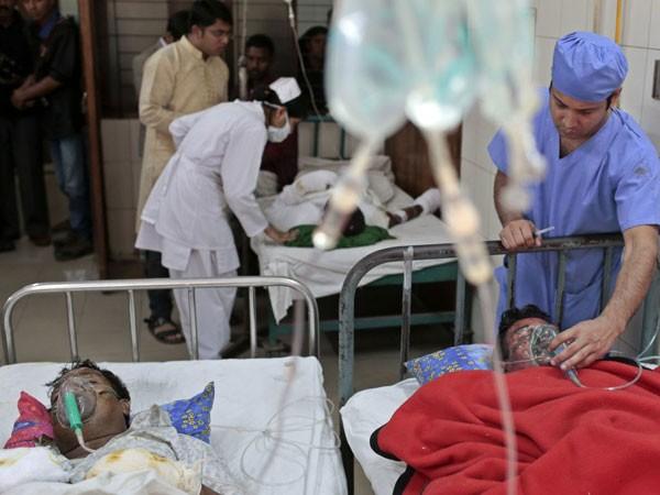 Bangladesh: Xe buýt bị ném bom xăng, 7 người chết cháy ảnh 1