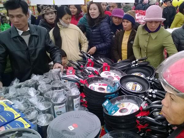 Người dân ngoại thành hồ hởi với hàng Việt ảnh 1