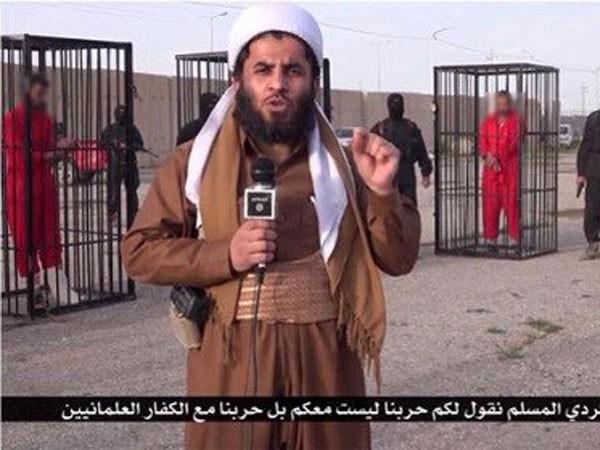 IS nhốt 21 chiến binh trong lồng sắt diễu phố ảnh 1