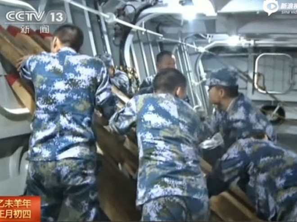 Sóng đánh bung cửa tàu khu trục Trung Quốc ảnh 1