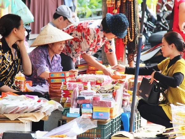 Nhiều hàng bán đồ lễ đã dừng dịch vụ đổi tiền vì lo bị phạt