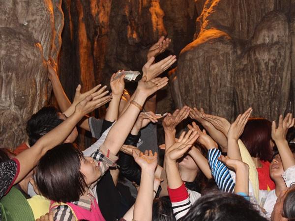 Nhiều du khách vẫn giữ thói quen hứng lộc ảnh 1