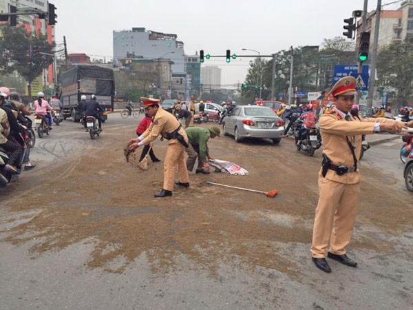 Dầu tràn ra đường, CSGT khẩn trương quét dọn ảnh 1