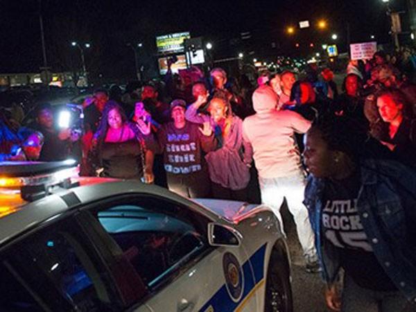 """2 cảnh sát ở """"điểm nóng"""" Ferguson bị bắn trọng thương ảnh 1"""