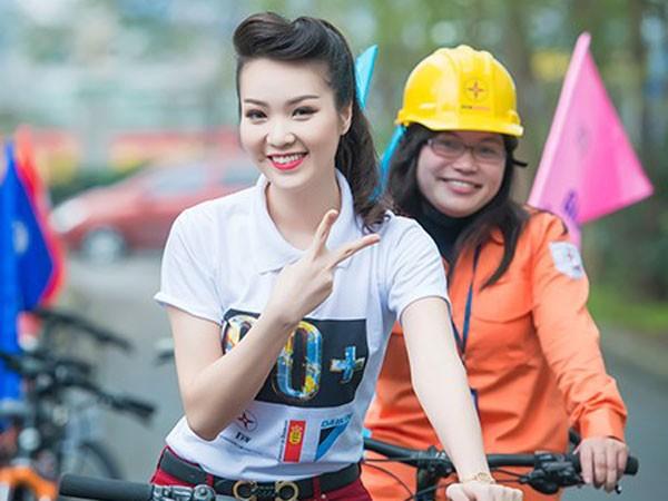 Trong vai trò Đại sứ Giờ Trái đất, Á hậu Thụy Vân hào hứng đạp xe trên đường phố Hà Nội
