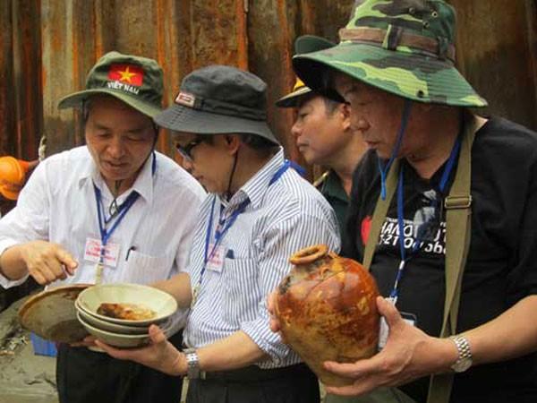 TS Nguyễn Đình Chiến (giữa) - trong một lần đi khai quật tàu đắm tại Châu Thuận Biển, Bình Sơn, Quảng Ngãi