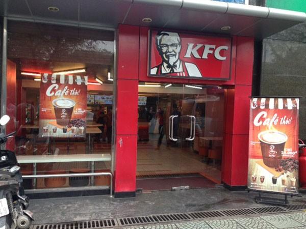 Nhà để xe thành cửa hàng gà rán ảnh 1