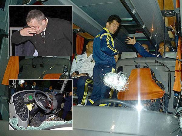 Hàng loạt đạn nhằm thẳng vào xe của CLB Fenerbahce ảnh 1