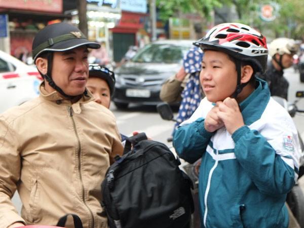 Đội mũ bảo hiểm cho học sinh tới trường: Người lớn phải làm gương cho con trẻ ảnh 1