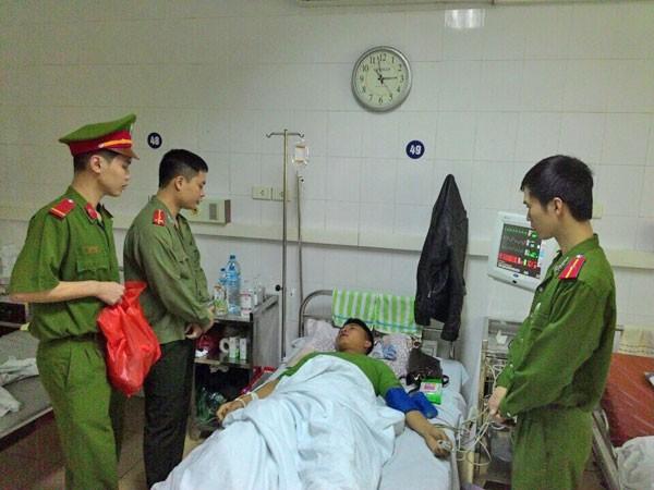 Thăm hỏi, tặng quà chiến sỹ bị thương khi làm nhiệm vụ ảnh 1
