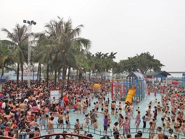 Dễ rước họa do tắm bể bơi đông người ảnh 1