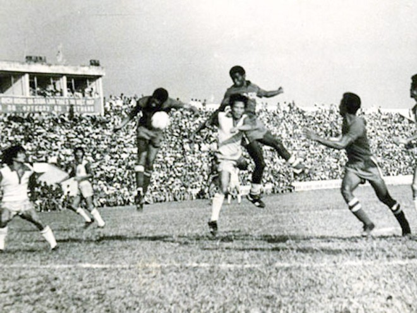Cuộc hội ngộ bóng đá 2 miền Nam Bắc trên sân Thống Nhất ngày 7-11-1976 (Ảnh Tư liệu)