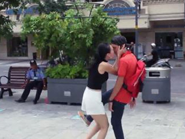 """Phát kinh vì """"Kiss Cam"""" phiên bản Việt ảnh 1"""