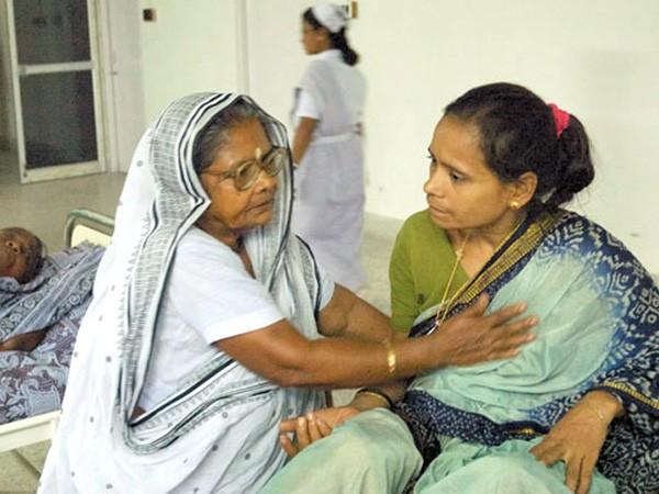 Kỳ tích người phụ nữ bán rau xây bệnh viện cho người nghèo ảnh 1