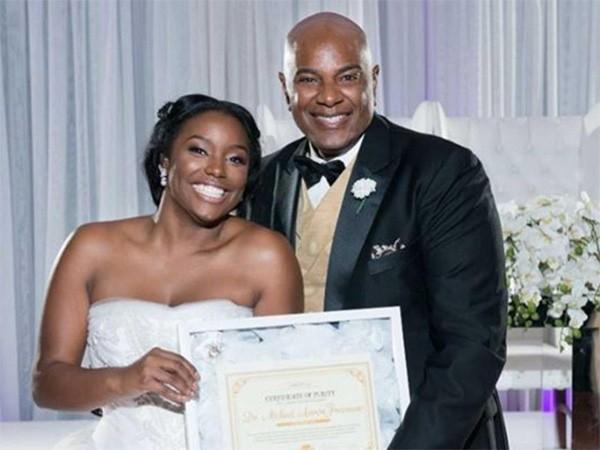 Khoe chứng nhận trinh tiết tại lễ thành hôn ảnh 1